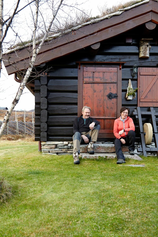 FINE DETALJER: Den flotte hytta er for et livsverk å regne. Arne og Ann Mari har lagt stor flid i detaljene. Legg merke til den morsomme fuglekassen.