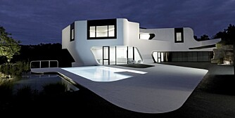 MYK TILPASNING: Bassenget ligger som en forlengelse av huset, integrert med samme form og farge.