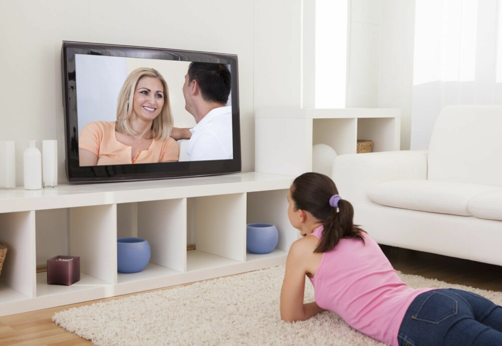 BEVAR BILDET: Vil du fortsatt ha gode TV-opplevelser, må du ikke spraye vann og rengjøringsmidler direkte på skjermen. Det kan gi striper eller helt svart skjerm.