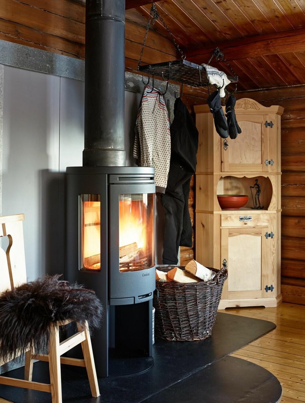 Varme: Det skal ikke så mye til for å få god varme i en 48 kvadratmeters hytte. Den nye peisovnen gjør jobben enkelt, selv når det er 20 kuldegrader ute.