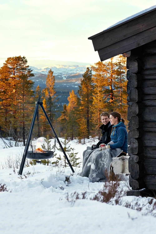 Søkte skogens ro: Det beste med livet på hytta er naturen rundt, synes Linn Hege og Øyvind. På uteplassen, hvor de har satt opp en bålpanne, kan de slappe av og nyte utsikten.