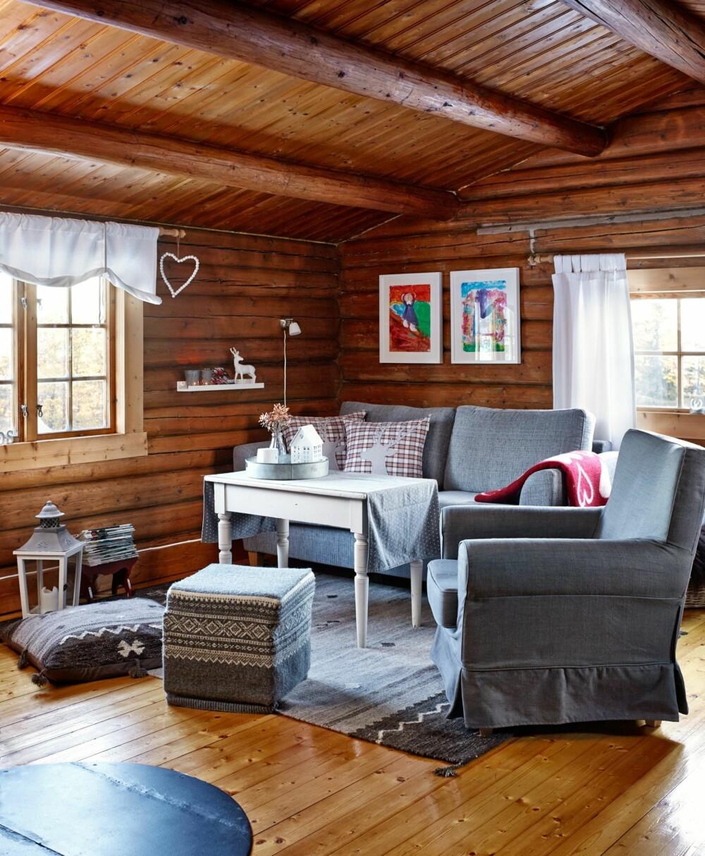 Nytt og gammelt: Det meste av interiøret er kjøpt brukt. Det eneste som er nytt er sovesofaen fra Bohus og lenestolen fra Ikea. Bordet er kjøpt i en antikkbutikk. Puffen er også gammel, men er blitt trukket om på nytt i mariusmønster. Det passer fint i en koselig tømmerhytte.