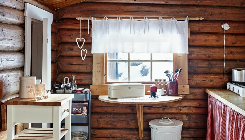 Helt enkelt: Kjøkkenet kan nesten ikke bli enklere. Et klaffbord og en kjøkkenbenk med gassbluss er strengt tatt det som skal til for å lage mat på hytta.