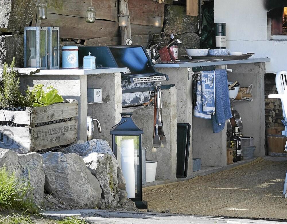 HJEMMELAGET: Hyllene er murt i betong, og benkeplatene i finer er belagt med sink.