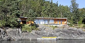IDYLL VED FJORDEN: Den renskrapte hytta tegnet av Haga Grov arkitekter ligger på en avsats, en hylle like ved vannet. Herfra har eierne utsikt over store deler av Hardangerfjorden.