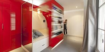 SKYVEDØR: En mobil bokhylle fungerer som en romdeler i den smarte leiligheten.