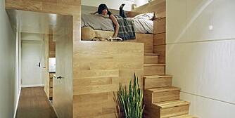 SOVEROMMET: På toppen av en mesanin ligger soverommet, som er en del av kjernen i leiligheten, som omfatter kjøkkenet, badet, skapene og soveloftet.