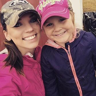 KLART JENTER KAN VÆRE POLITI: Chelsy og datteren Kinleys lille shoppingtur før Halloween har skapt en nasjonal bevegelse.