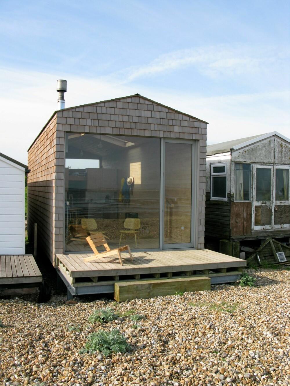 RETT PÅ STRANDEN: Den vesle hytta ligger plassert rett i vannkanten, til glede for familiens to barn.