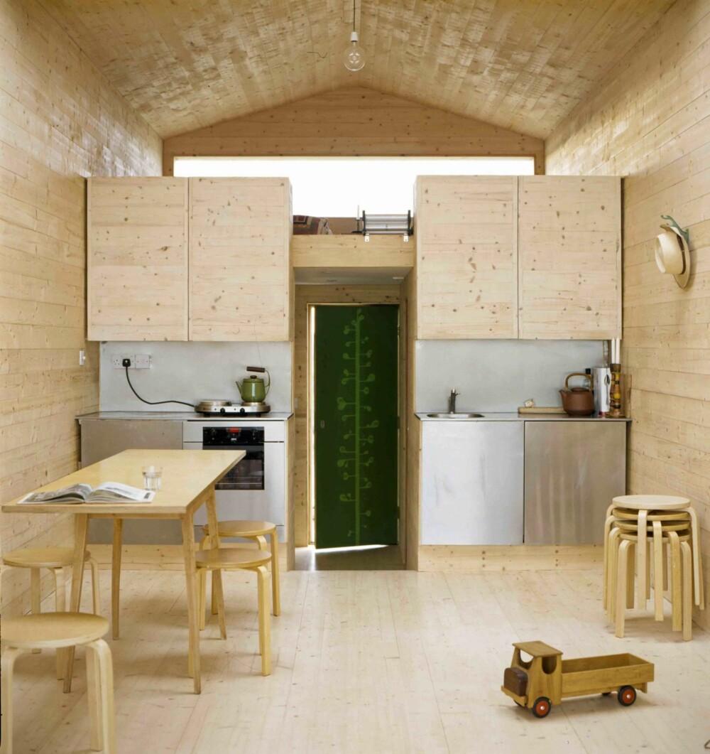 GJENNOMGÅENDE MATERIALER: Interiøret i hytta består hovedsakelig av furu. Det lyse, gjennomgående treverket har en forstørrende effekt.