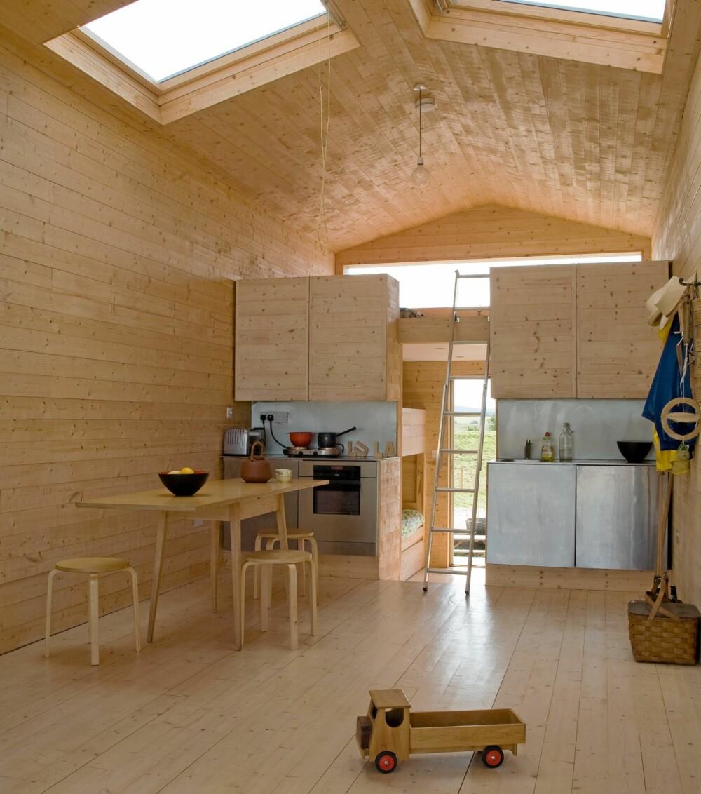 ROMDELER: Overskapene på kjøkkenet fungerer som en romdeler mellom stue og sovedel.
