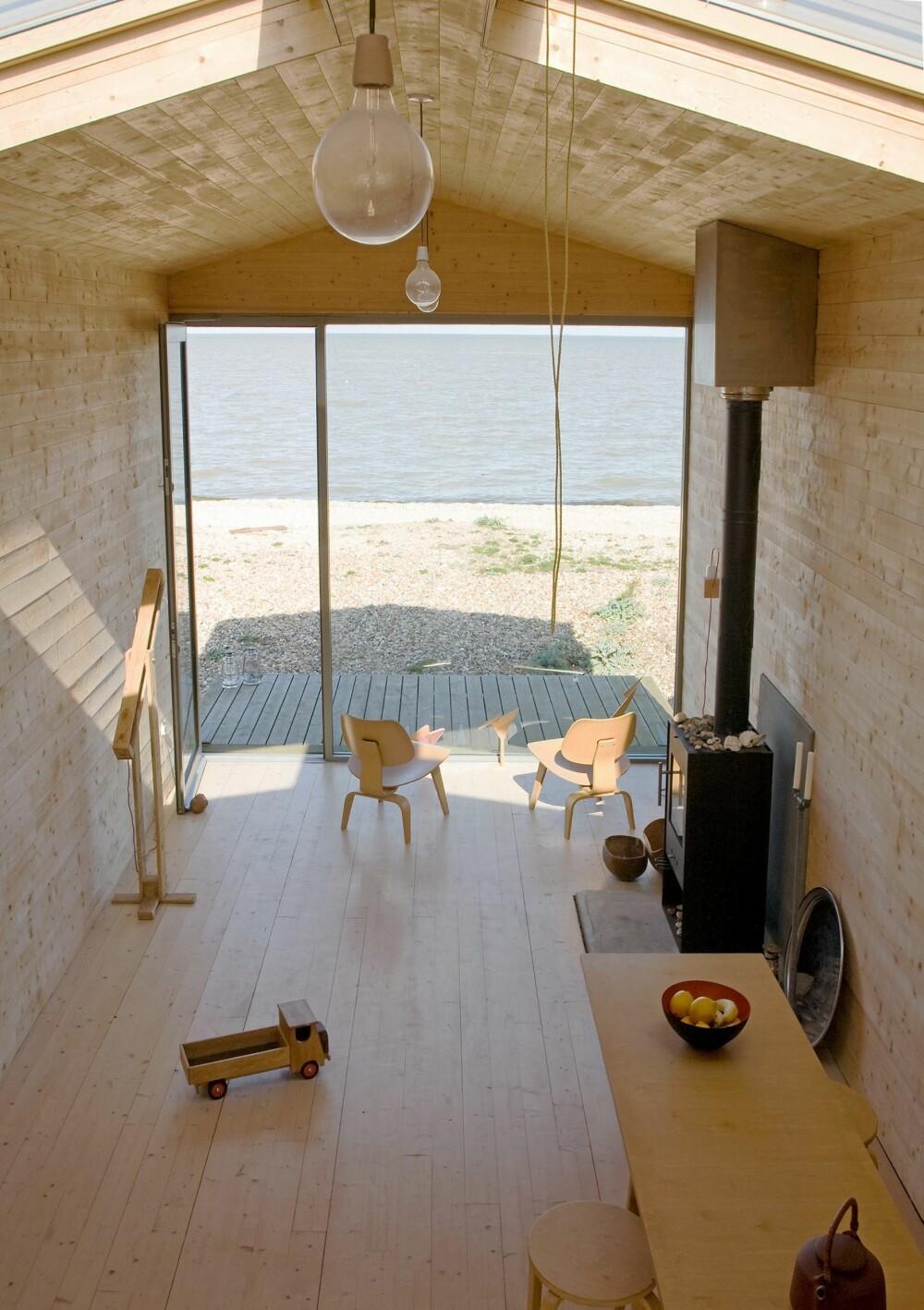 PANORAMAUTSIKT: Gjennom glassveggen i den ene enden av hytta kan  hytteeierne nyte en fantastisk panoramautsikt over sjøen.