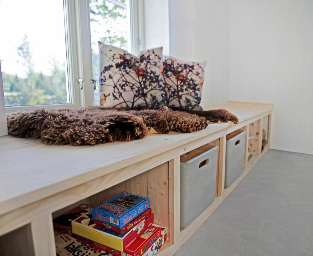 ÅPNE HYLLER: Sett inn noen kasser der du stabler klær og annet. Kassen løfter du ut og setter på benken når  du skal lete etter  truser og sokker.