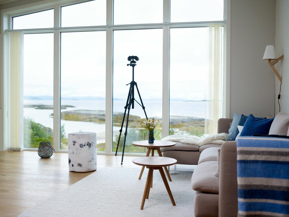 ÅPENT LANDSKAP: Fra stuen kan de på klare dager se over til Lødingen der begge kommer fra. Den stilrene møbleringen og de duse fargene lar være å konkurrere med utsikten.