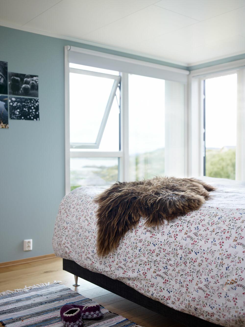 SOVEROM: Soverommet har også store vinduer som åpner opp mot den flotte utsikten.