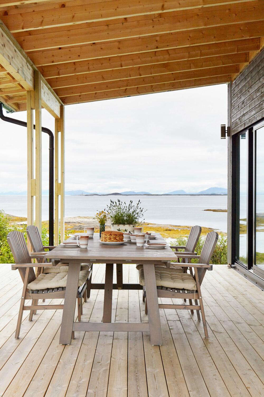UNDER TAK: Med takoverbygget kan de sitte ute på terrassen uten å bekymre seg for væromslag.