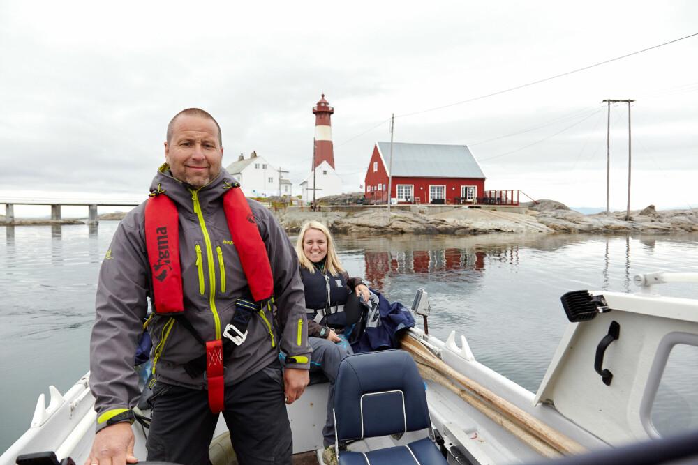 MED BÅT: Isabelle og Tor er ferske båteiere, men stortrives allerede ute på sjøen.