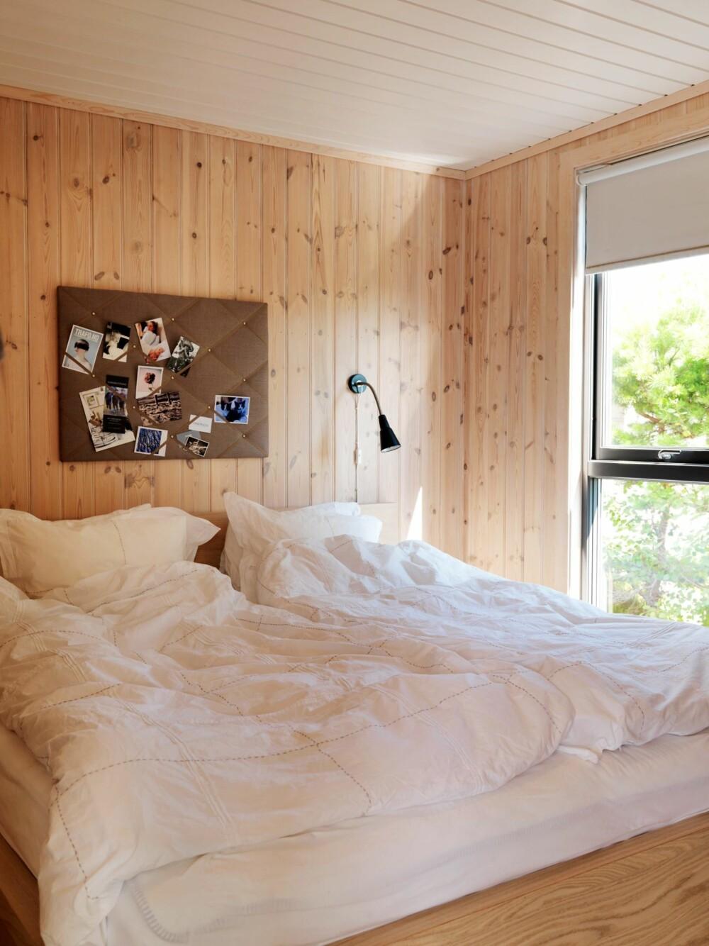 NATURLIG VAKKERT: Med den skjønneste natur rett utenfor vinduet, holdes dekoren på soverommet til et minimum. Sengene er bygget av et snekkerverksted i Risør. Styling: Kirsten Visdal.