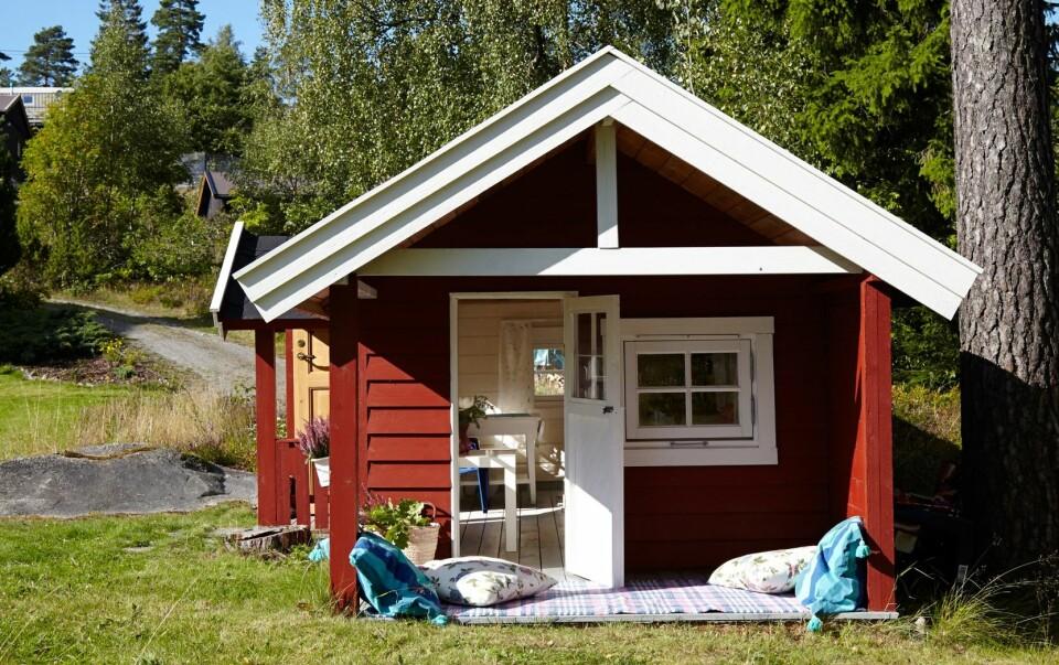SOLIDE VINDUER: Dukkestua har doble vinduer og panel som er rester etter oppussing av familiens hytte.