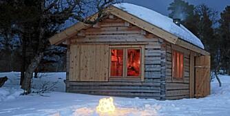 KNØTTLITEN HYTTE: Den lille hytta på fjellet er 11,2 kvadratmeter og rommer både soveplasser, minikjøkken og vindfang.