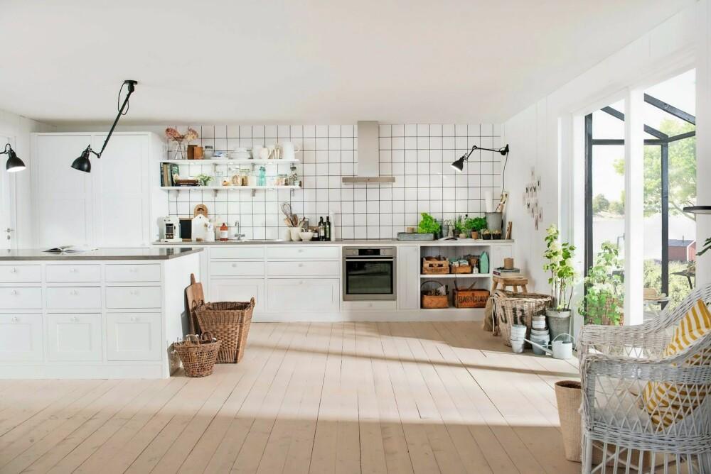 TRADISJON: Dette kjøkkenet har dører og skuffer som ligger innrammet i skrogene, noe som gir innredningen et plassbygd preg. Den leveres med to varianter av sprosseløsninger inspirert av stilepoken rundt år 1900, kryss-sprosser og en kombinasjon av store og små ruter. Et ypperlig valg for deg som drømmer om et tradisjonskjøkken.  Scala Inframe, Sigdal