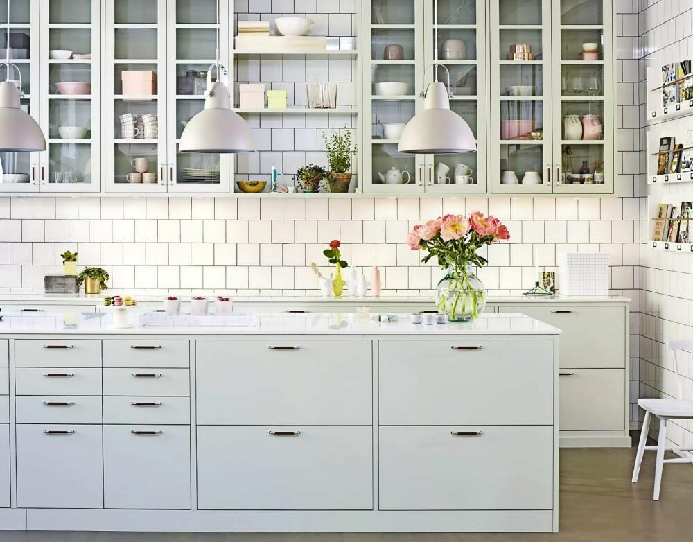 PÅ LANDET: Et nostalgisk kjøkken i moderne utførelse. Det har slett front med noe avrundet kant, og de klassiske avstandene mellom dørene minner om eldre, landlige kjøkken. Modellen blir levert i vakre, duse farger som lindeblomstgrønn (bildet), perlegrå, hvit, kremhvit og østersbeige.  Bistro, Drømmekjøkkenet