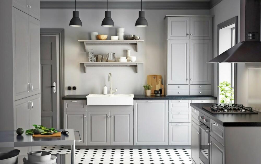 SETT SAMMEN: En god erstatter for det populære Ikeakjøkkenet Lindingö, som har utgått. Det klassiske landlige kjøkkenet finnes i hvitt og grått, og du kan selv sette sammen din egen kombinasjon av skuffer, dører og detaljer for å skape stilen du er ute etter.  Metod Bodbyn, Ikea