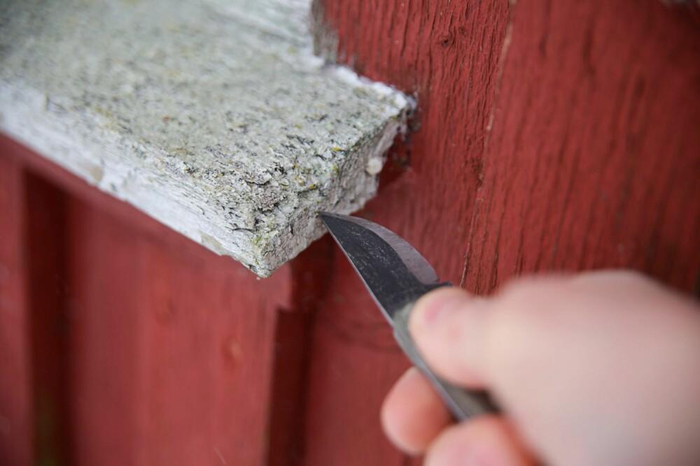 BRUK KNIV: Bruk kniv for å sjekke råte i vinduene.
