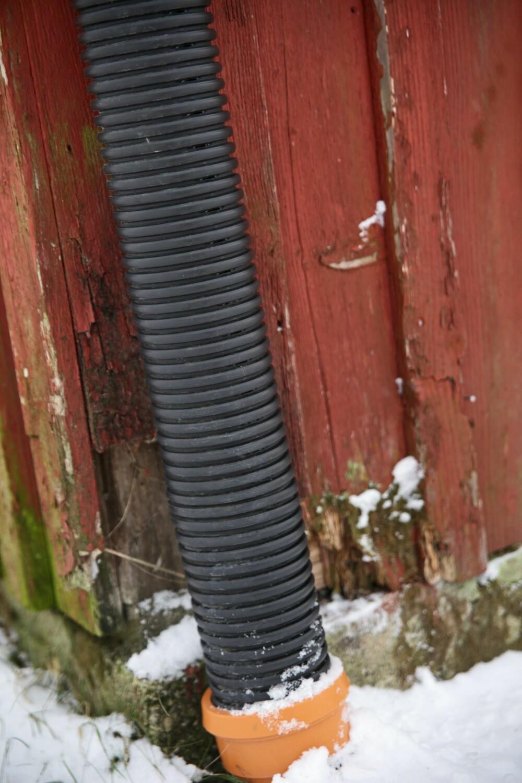 RENNER OG NEDLØP: Sjekk at det ikke har blitt lekkasje i løpet av vinteren, og bytt ut deler som lekker.