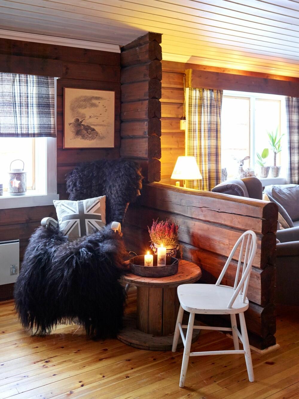 ÅPNET OPP. En del av veggen som opprinnelig skilte de to delene av hytta er fjernet for å gi plass til en åpen og stor stueløsning. Bordet er fra Skeidar, stolene fra Home & Cottage.