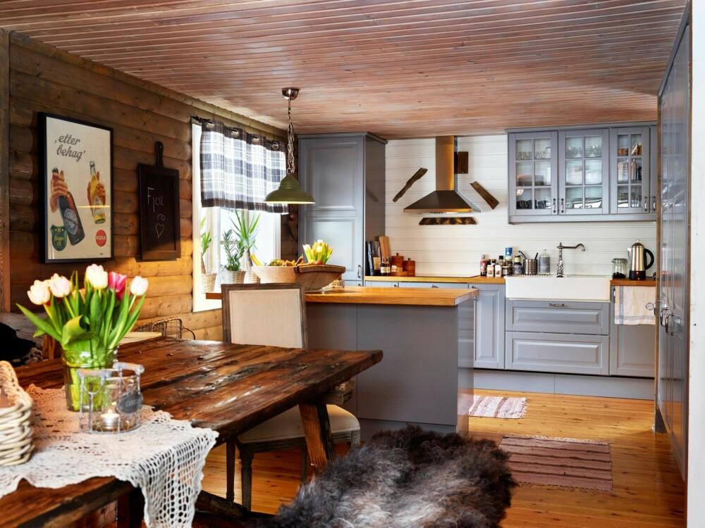 ROMSLIG KJØKKEN. Ann-Margrethe har valgt det samme Ikea-kjøkkenet som hun har hjemme, fordi hun liker det så godt. Spisestuebordet er fra Skeidar.