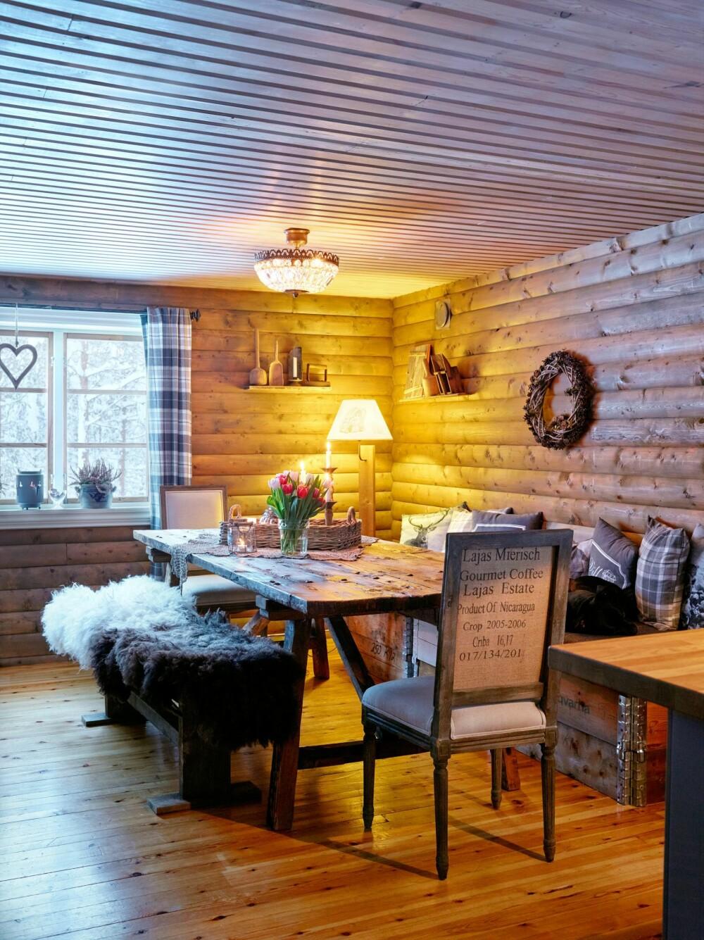 SELVLAGET: Det er flere selvlagde løsninger i hytta, blant annet sittebenken ved spisebordet.
