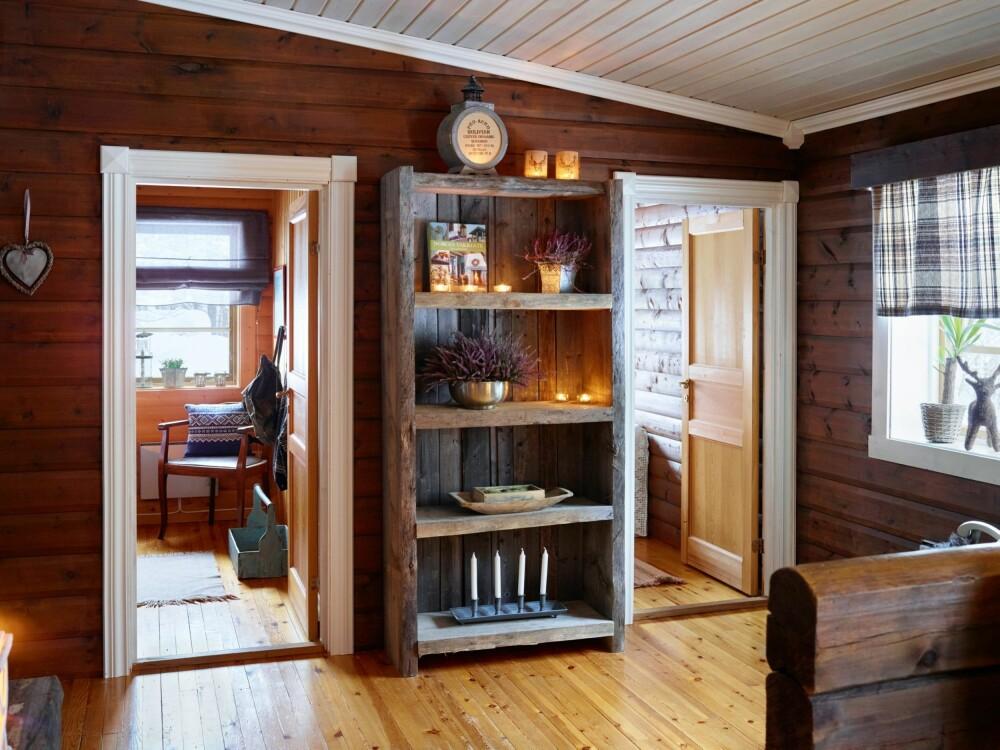 BOKHYLLE: Den rustikke bokhyllen er blant tingene de har laget selv.