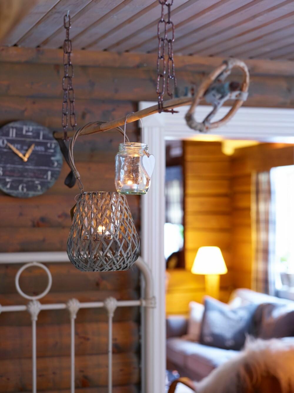 PYNT: Ann-Margrethe har hengt opp lyskjegler i en gammel, dekorativ skistav.