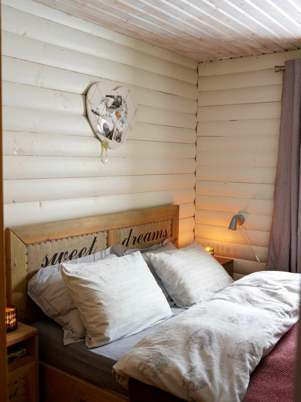 LYST OG DELIKAT: Hovedsoverommet er lyst og hyggelig med vegger malt i hvitfargen Sommersne. Sengen er fra Fagmøbler.