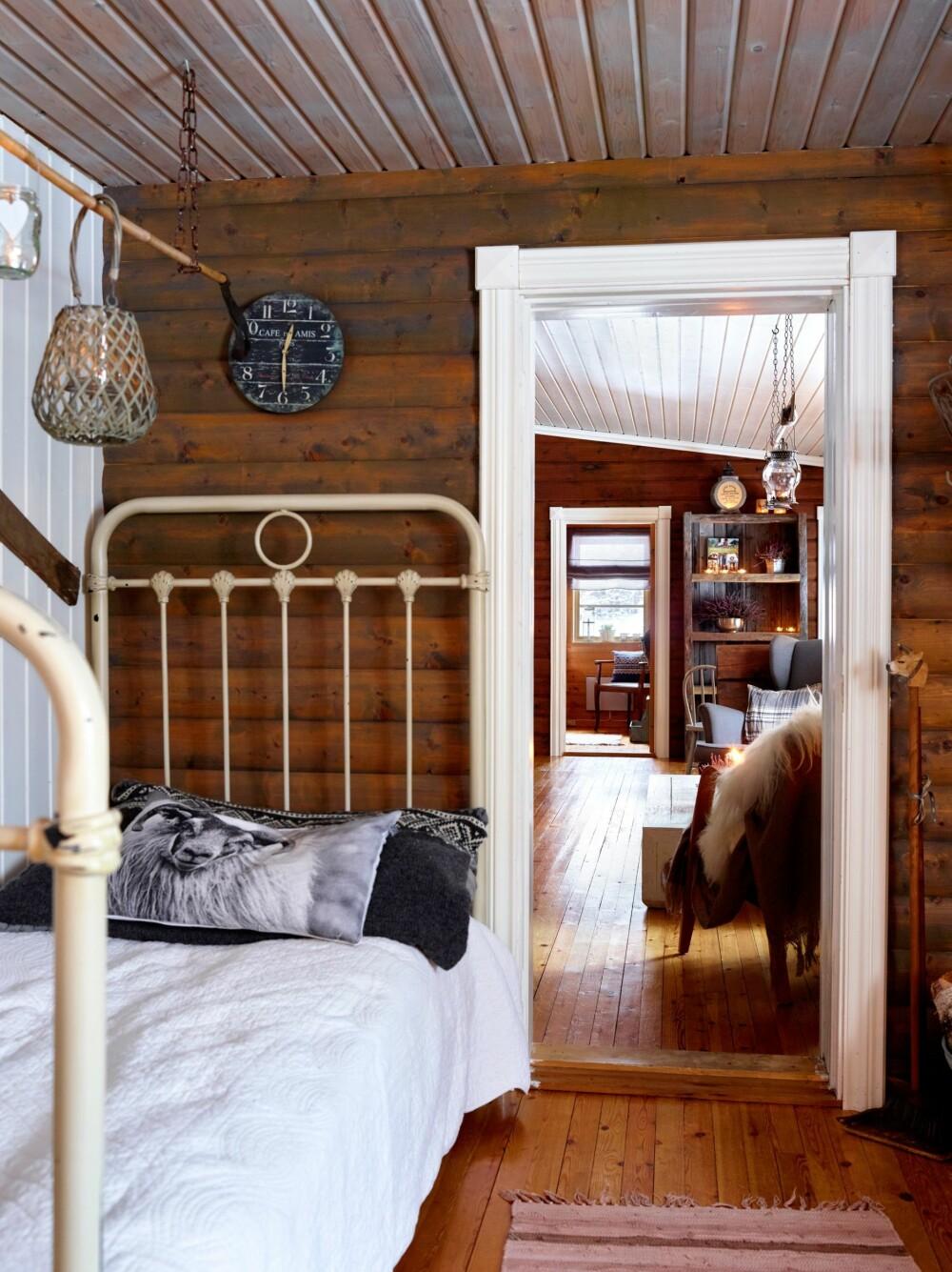 KOSEKROK: I hjørnet av spisestuen er det blitt innredet en kosekrok med en gammel seng.  Den brukes aller mest av hunden Evelina.