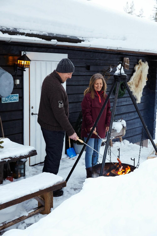 VARM VELKOMST:  Hytteeierne Ann-Margrethe og Anders er glade i å grille ute, og har flere bålpanner rundt hytteveggene.