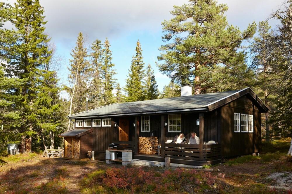 IDYLLISK: Hytta ligger flott til i skogkanten med nydelig utsikt.