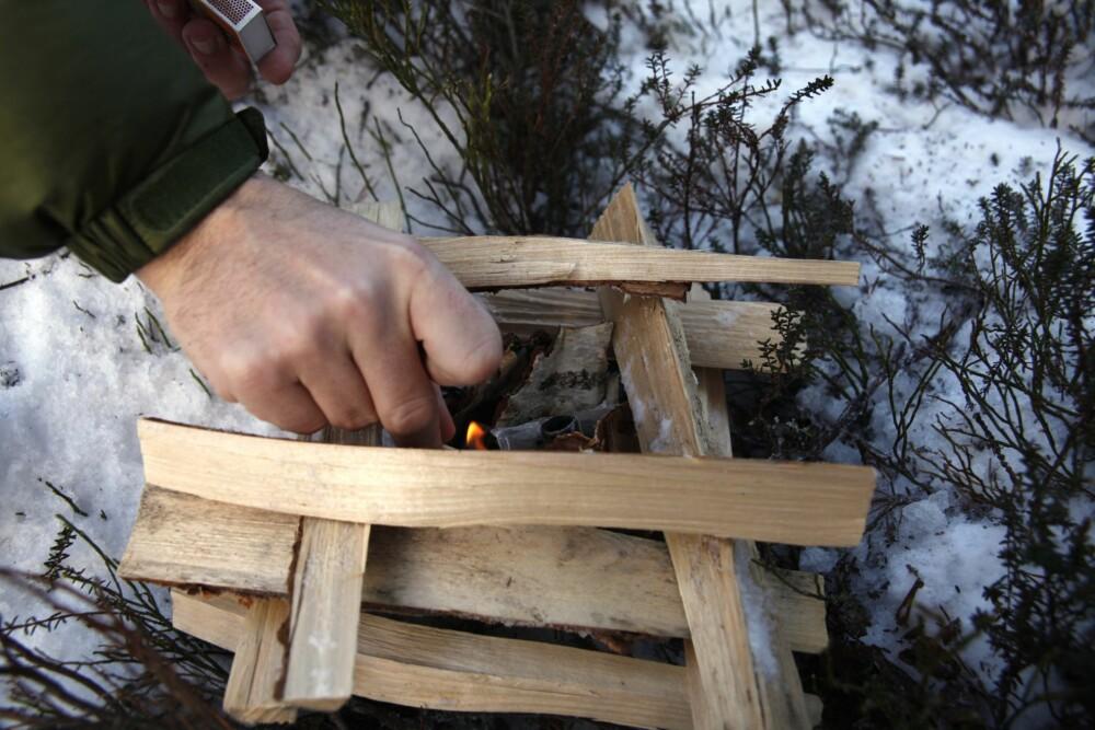 PAGODEBÅL: Småved stablet oppå hverandre, tre–fire i høyden, med brensel i midten. Det gir et bål som er lett å få fyr på.