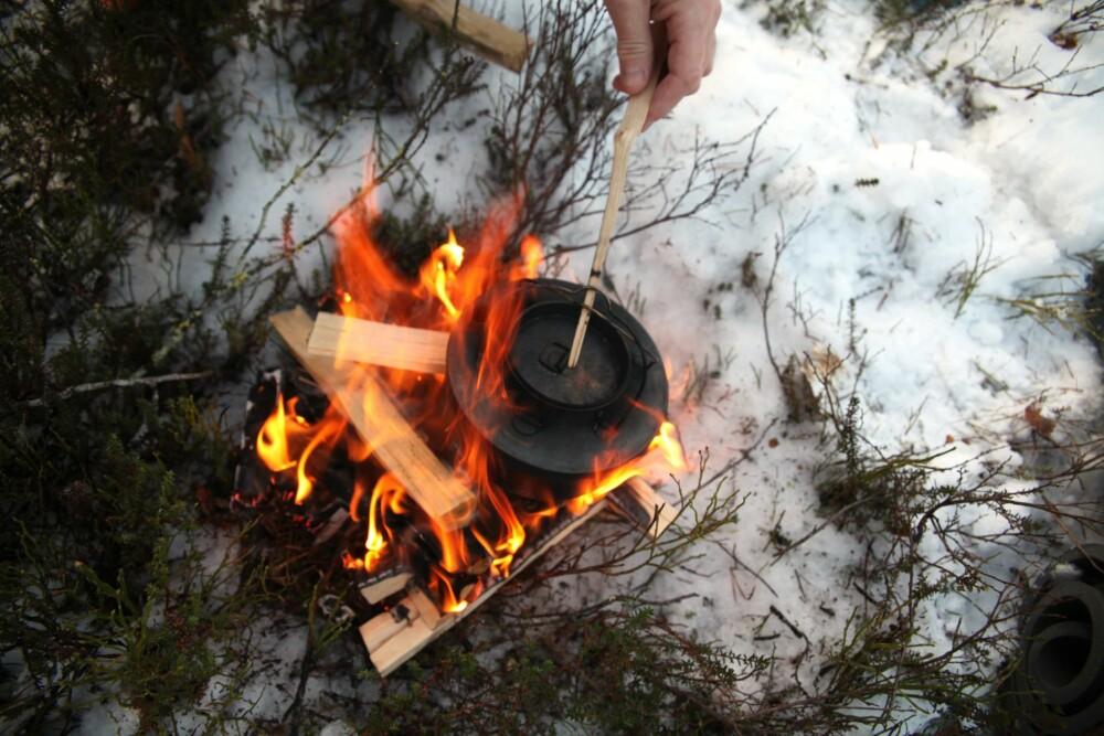 KAFFEBÅL: Et pagodebål fungerer godt til både kaffekoking og matlaging.