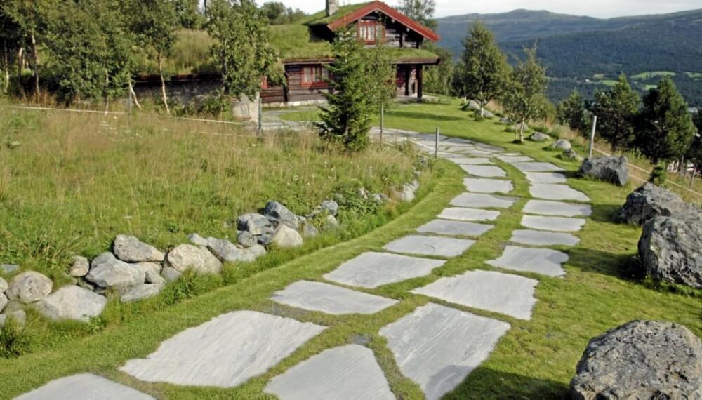 LEGGE SKIFER: En flott adkomstvei til hytta. Solid skifer og stabbestein oser av tradisjon og tidløshet.