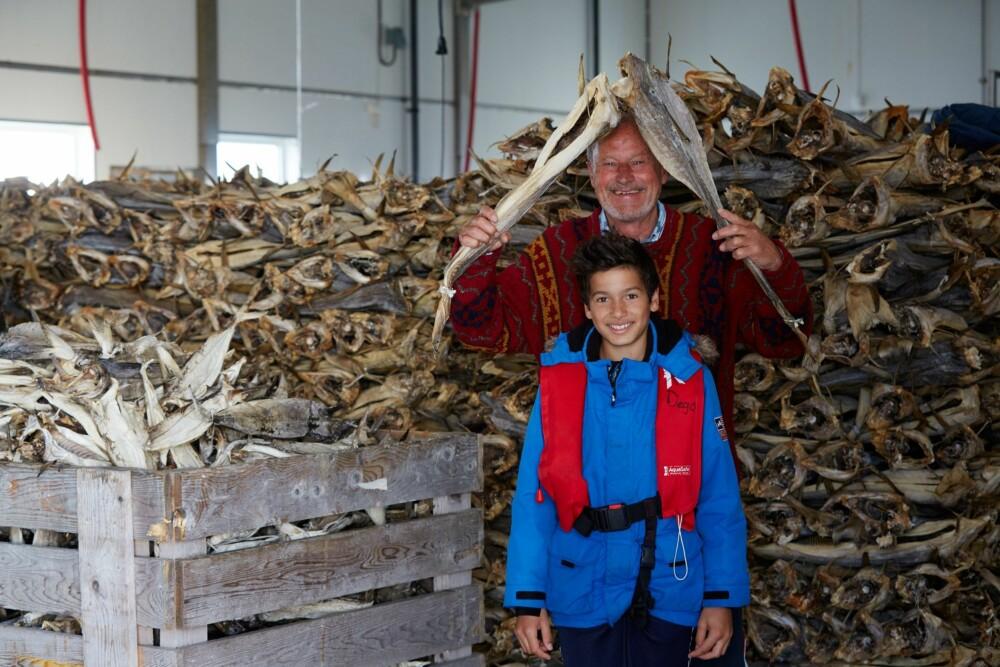 TØRRFISK: Her er Per Fugelli og barnebarnet med på en leken ekspedisjon på tørrfisk-lageret til tørrfisk-produsenten Glea.