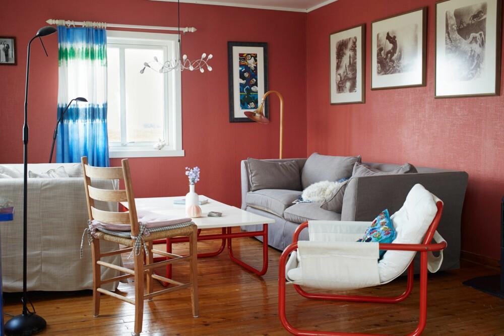 FARGEGLAD: Den gamle fiskerboligen har fargerike møbler og vegger.