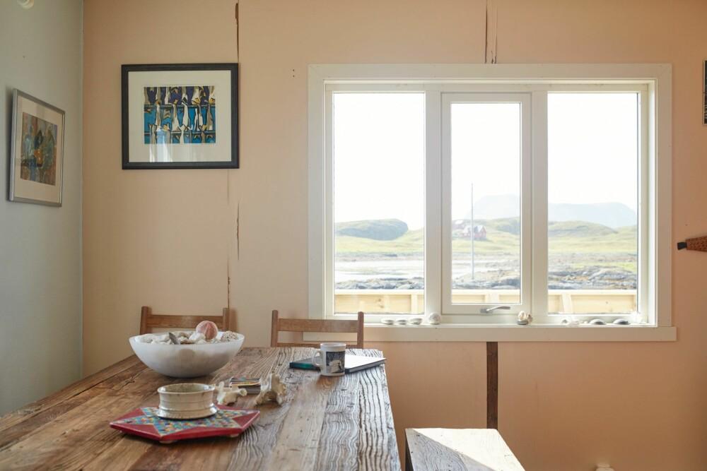 UTSIKT: Fra spisebordet i stuen har de god utsikt til Storfjellet som er på en egen øy.
