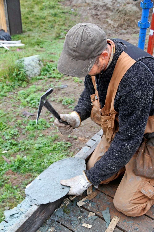TRINN 1: Valdresskiferen, som er en leirskifer, lar seg lett forme med en tekkehammer.