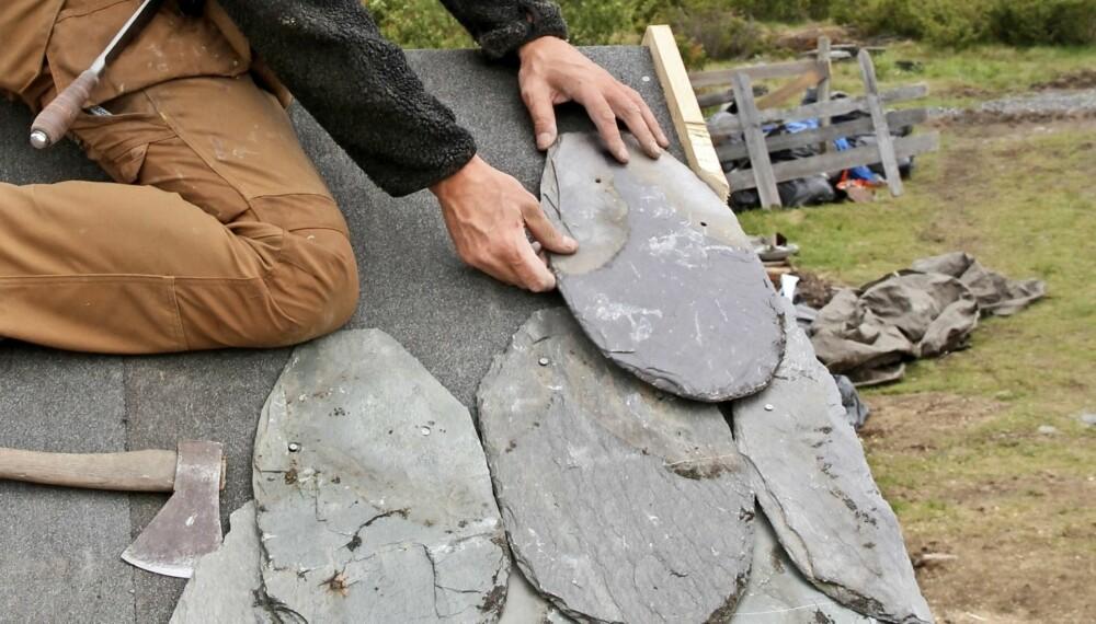 LEGGE SKIFERTAK: Å legge skifertak er et håndverk som ikke har forandret seg stort siden vi begynte å legge stein på tak rundt 1300-tallet. Foto: Else Rønnevig