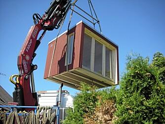 WOW: Her kommer mini-hytta flygende rett til byggeplassen i hagen.