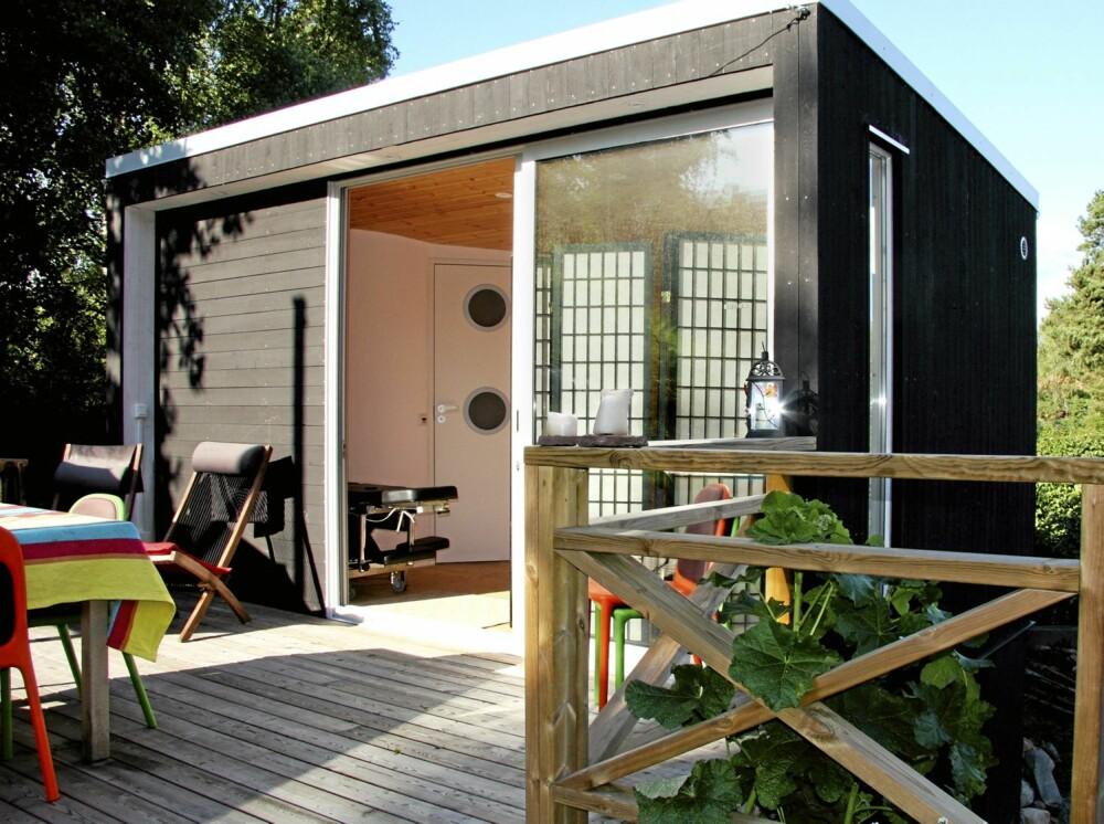 KOMPLETT BYGNING: Så enkel og inviterende kan en liten hytte bli.