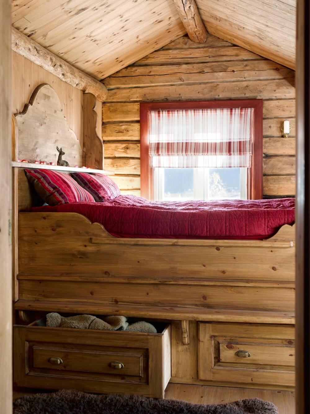 UNDER SENGEN: Utnytt plassen under sengen til oppbevaring.