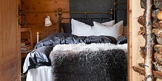 ROM FOR DRØMMER: Lune farger, myke skinn og tekstiler gir de rette rammene for et innbydende soverom.